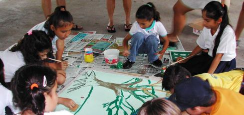Photo Children painting nature scenes